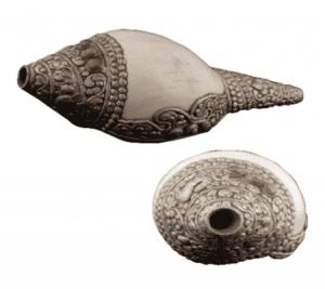 Rituele Witte Schelp met Metaaldecoratie Puja