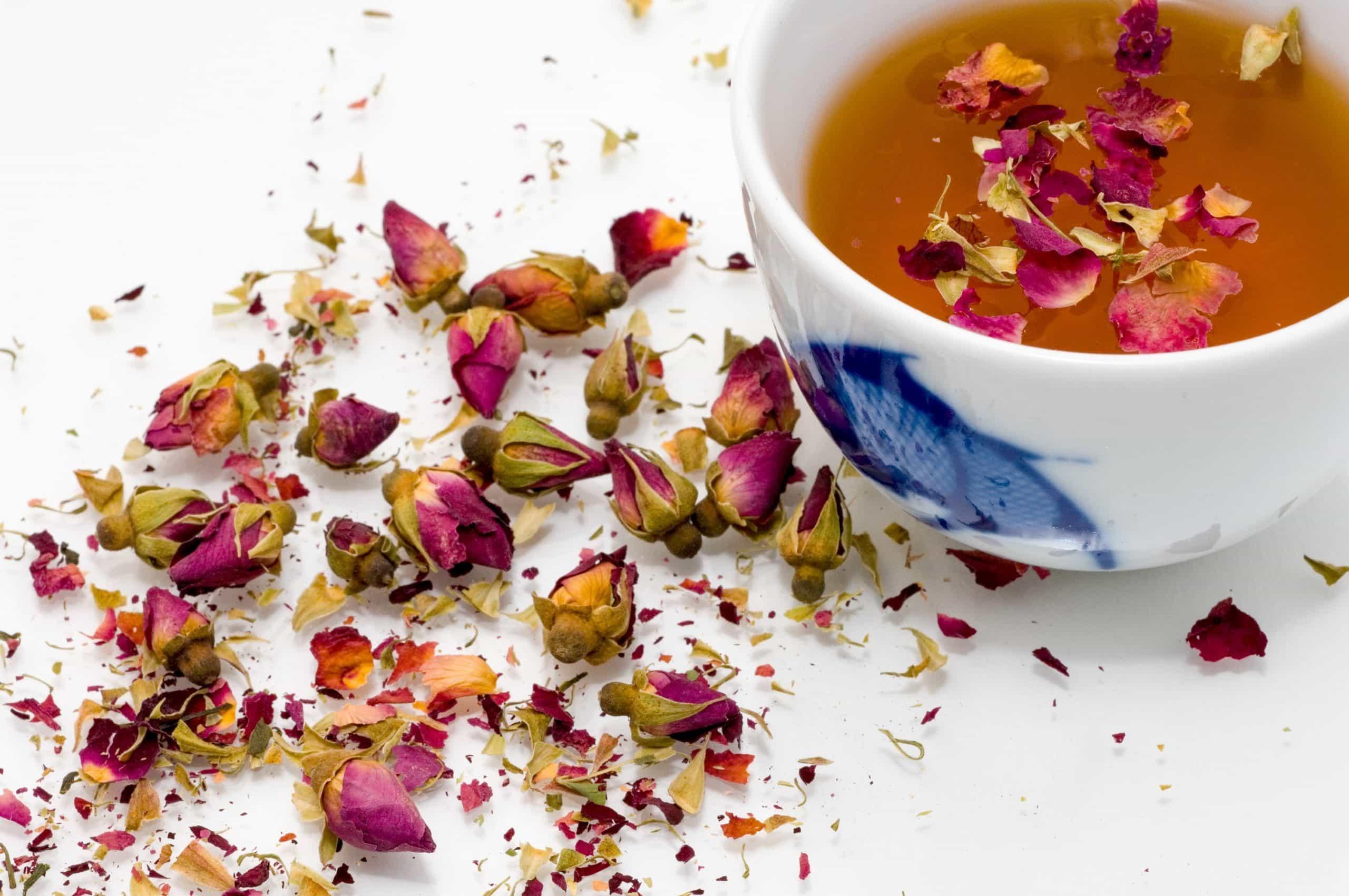 rozen knoppen met kop thee