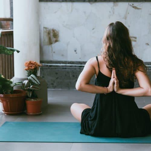 Yoga op blauwe mat